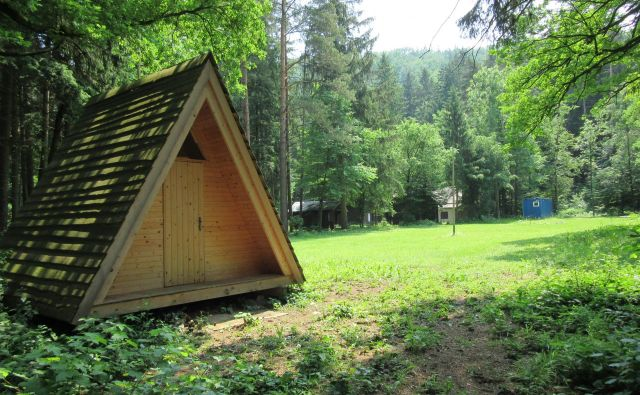 Kamp je na izjemni lokaciji na desnem bregu Savinje, a v Športni uniji Slovenije, ki je njegova lastnica že od osamosvojitve, ne vedo, kaj bi z njim naredili, zato večino časa prazen sameva. FOTO: Špela Kuralt