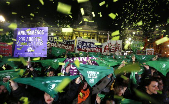Na ulicah argentinskih mest na stotisoče ljudi, predvsem mladih deklet, zahteva spremembe zakonodaje o prekinitvi nosečnosti. FOTO: AP