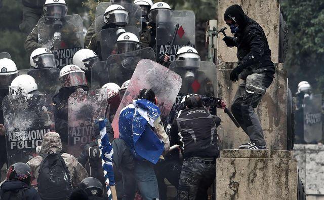 Današnjo razpravo in predvideno glasovanje o sporazumu o razrešitvi spora v grškem parlamentu bi ponovlo lahko spremljali nasilni protetsi. Foto: AFP