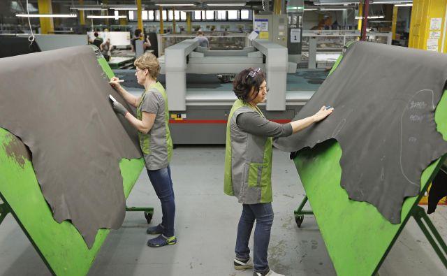 V podjetju Dani AFC, specializiranem za krojenje in šivanje usnja za potrebe avtomobilske industrije, se poslavljajo od 60 sodelavcev Foto Leon Vidic/Delo