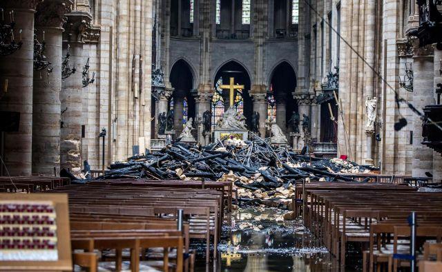 Posledice požara, ki je iznakazil notranjost katedrale.Foto: Reuters