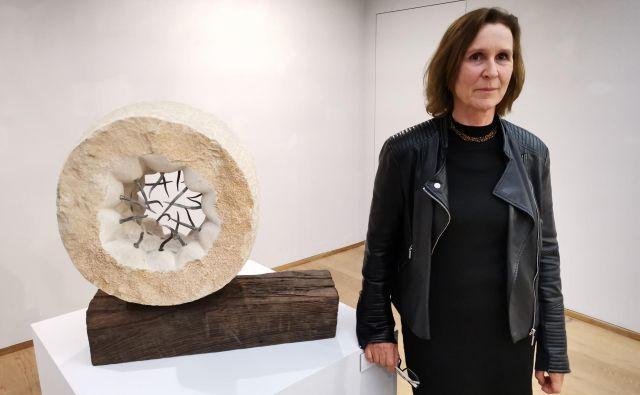 Gail Claire Morris ob skulpturi Introversion v Mestni galeriji Piran.