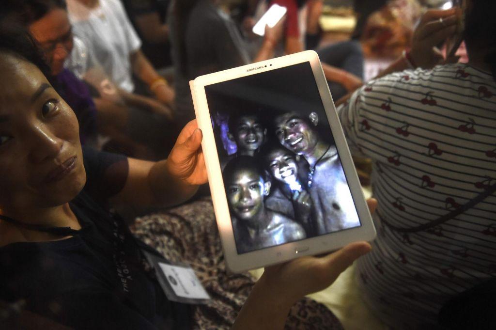 Tajski dečki praznujejo obletnico