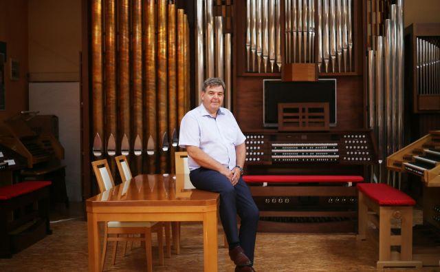 Anton Škrabl med svojimi orglami. FOTO: Leon Vidic