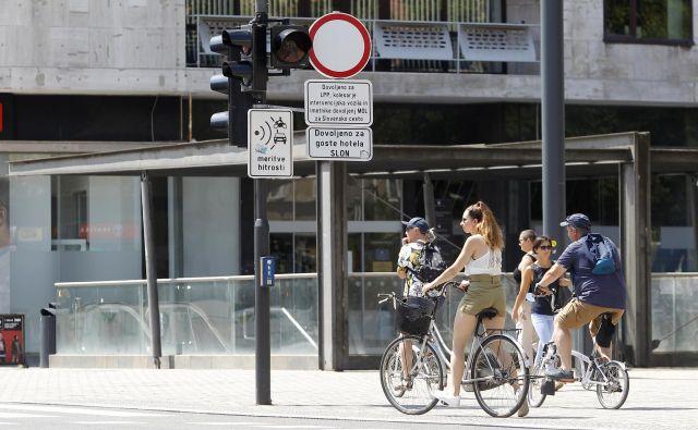 Na Ajdovščini ni nikjer nobenega znaka, ki bi pojasnil, kje naj vozijo kolesarji. FOTO:Mavric Pivk/Delo
