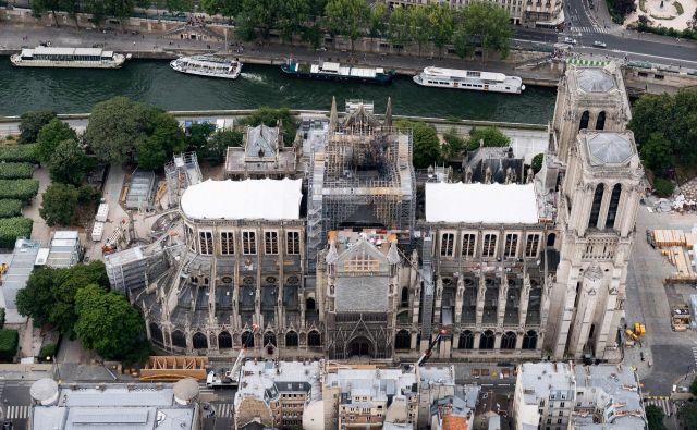 Notredamska katedrala je zagorela 15. aprila, 25. julija so začasno prekinili obnovitvena dela zaradi ogrožanja zdravja delavcev ter v bližini živečih ljudi, prejšnji teden pa so končno začeli dekontaminirati območje.