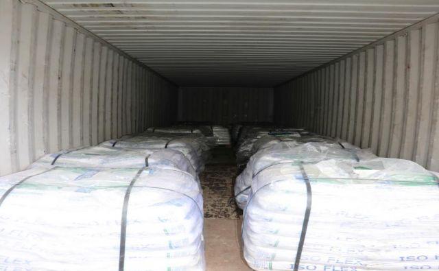 Med 800 vrečami lepila za keramiko v skupni teži 20.270 kg je bilo tudi 25 vreč heroina v skupni teži okoli 300 kg. FOTO: PU Koper