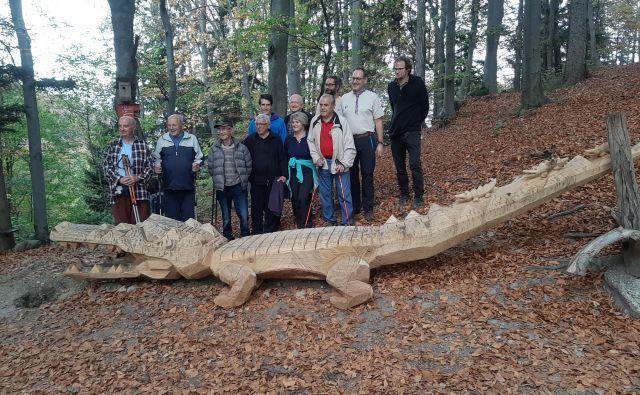 Za postavitev novega krokodila pod vrhom sv. Jošta so zaslužni kranjski taborniki. FOTO: Janez Porenta/Delo
