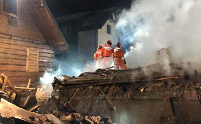 Eksplozija je trinadstropno dvostanovanjsko hišo zravnala z zemljo. FOTO: Radio Bielsko via Reuters