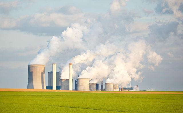 Nemška termoelektrarna na lignit Niederaußem je druga največja te vrste v Nemčiji in ena največjih onesnaževalk, ob njej pa stoji pilotni reaktor, ki iz zajetega CO2 vsak dan proizvede tono metanola. Foto Shutterstock