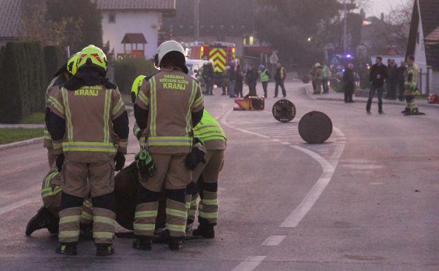 Eksploziji je sledila obsežna intervencija policije, gasilcev in Mestne občine Kranj. FOTO: Boštjan Fon/Slovenske novice