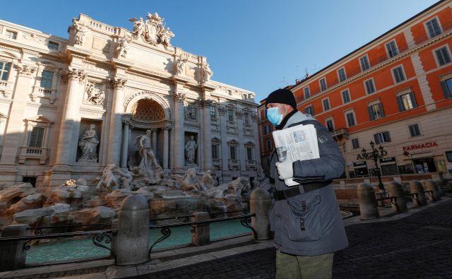 Italijani so na ulicah le še zaradi nujnih opravkov. FOTO: Mangiapane/Reuters