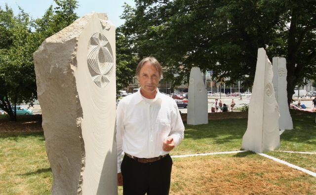 Marko Pogačnik, Unescov umetnik za mir, na zelenici v središču Ljubljane pred kamnitimi stebri iz Holograma Evrope, ki ga je zasnoval leta 2008. Foto Jure Eržen