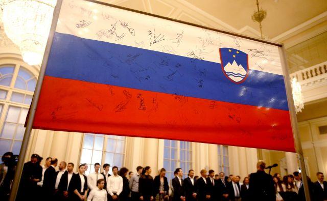 Slovenska zastava slavnih, na katero so se podpisali številni slovenski športniki. FOTO: Roman Šipić/Delo