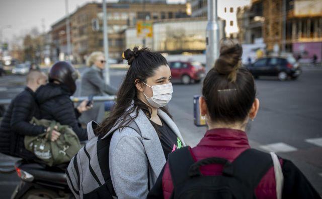 Pomembno je, da masko nadenemo in odstranimo s čistimi rokami. FOTO: Voranc Vogel/Delo