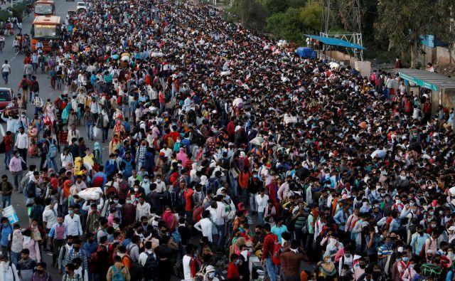 Samo iz New Delhija in Mumbaja se je peš napotilo več sto tisoč, če že ne milijon ljudi, ki so ostali brez dela, potem ko je Modi prejšnji teden razglasil tritedensko karanteno. Foto: Reuters
