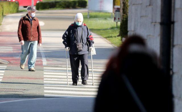 V ponedeljek in danes so skupaj umrli štirje bolniki s covidom-19, vsaj eden od njih na Golniku, je dopoldan sporočil uradni govorec vlade Jelko Kacin. FOTO: Dejan Javornik