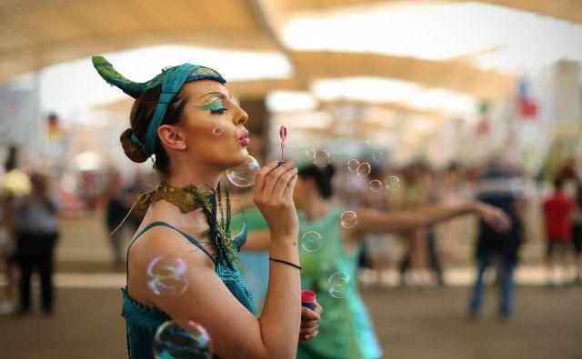 Slovenski dan na sejmu Milano EXPO 2015, Italija 19.junija 2015. Dekleta, ki ponazarjajo zdravo življenje, naša termalna in mineralna bogastva vabijo obiskovalce v naš pavilijon. Foto Jure Eržen/delo