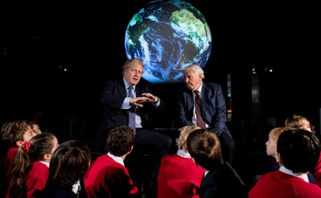 Britanski pemier Boris Johnson in avtor dokumentarcev David Attenborough v pogovoru z otroki o COP26. Foto: Reuters