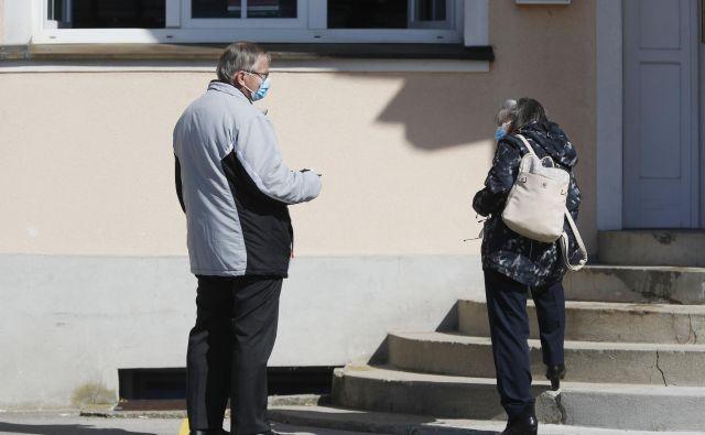 V Skupnosti socialnih zavodov Slovenije opozarjajo, da domovi za starejše niso usposobljeni in opremljeni za zdravljenje velikega števila obolelih s covidom-19. FOTO: Leon Vidic/Delo