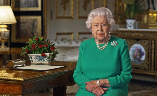 Čeprav boj z virusom še ni pri koncu, je javnost lahko po kraljičinih besedah prepričana, da »se bodo boljši dnevi vrnili«. FOTO: Reuters