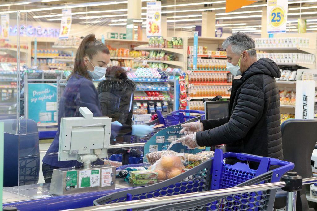 Med epidemijo smo Slovenci na splošno kupovali več