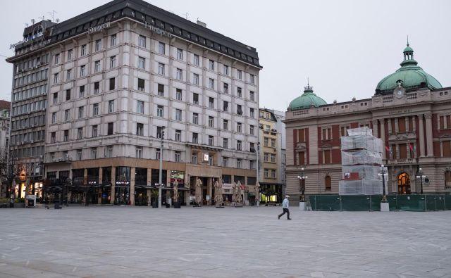 Policijska ura je izpraznila ulice in trge v Beogradu. Foto Reuters