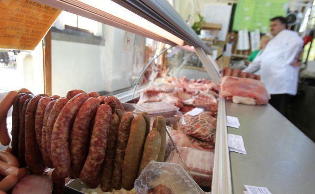 Prodaja govejega mesa se je zmanjšala za 25 do 35 odstotkov, prašičjega za 30 do 40 odstotkov, trend zmanjševanja prodaje se že kaže tudi pri perutninskem mesu. FOTO: Leon Vidic