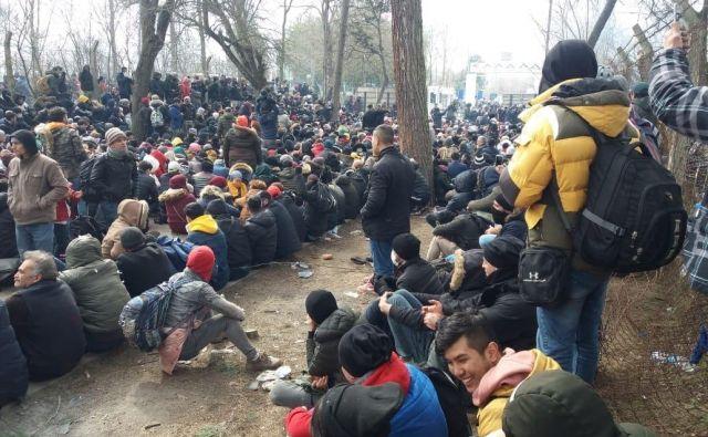 Množica ljudi je obstala pred mejnim prehodom na turško-grški meji.