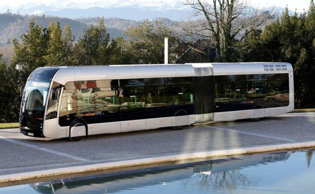 Od jeseni lani na demonstracijskih izletih vozi Febus, francoski projekt avtobusa na vodikove gorilne celice. FOTO: Reuters