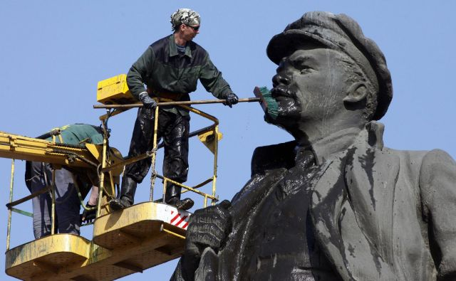 Tudi tisti, ki nismo bili člani Zveze komunistov in ki smo do Marxa in Lenina gojili nekaj skepse (pa veliko porcijo skrbno gojenega neznanja), smo bili zavezani posebni bojevitosti, značilni za velika revolucionarja. FOTO: Reuters