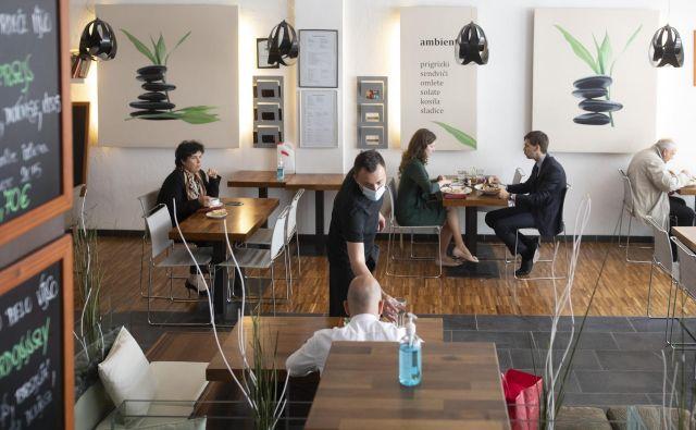 Čeprav je poslej v restavracijah in kavarnah mogoče tudi posedati, so v toplem vremu za večino vabljivejši gostinski vrtovi. Fotografije Voranc Vogel