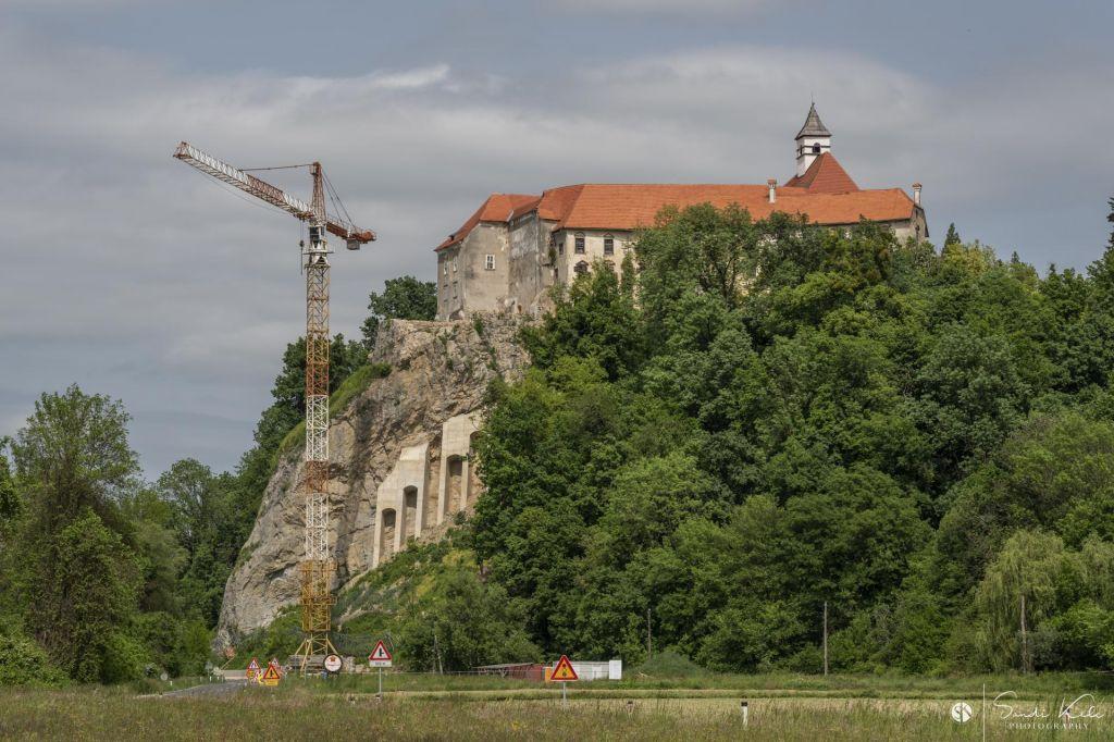 Dela pod gradom Borl se bodo zavlekla