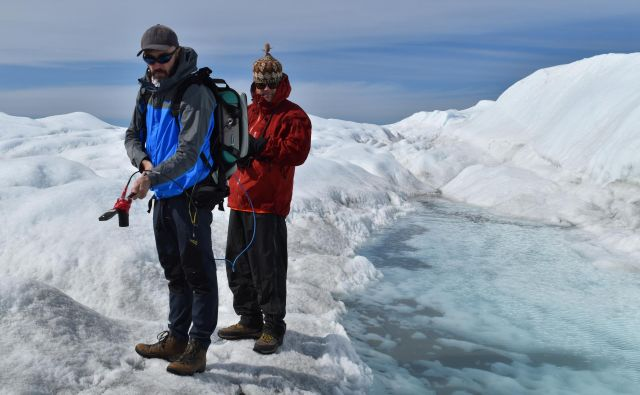 Marco Tedesco (levo) in sodelavec med merjenjem odbojnosti grenlandskega ledu na odpravi leta 2018. Foto Kevin Krajick, Earth Institute