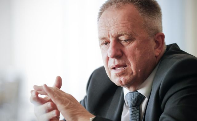 """Zdravko Počivavšek, minister za gospodarski razvoj in tehnologijo, nima namena, da bi Janeza Janšo pri njegovih šestdesetih spreminjal. """"In tudi ne, da bi zapenjal ob vsako besedo ali tvit,"""" pravi.FOTO: Uroš Hočevar"""