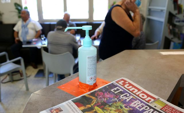 V francoske bare so se poleg gostov vrnili tudi časopisi. Foto Afp
