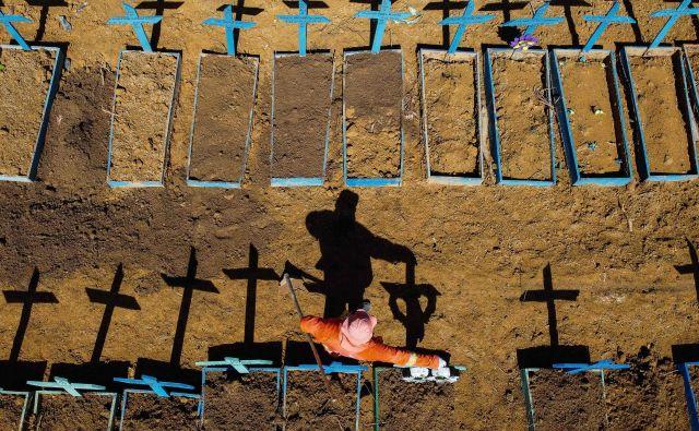 V Braziliji je covid-19 zahteval že več kot32.500 življenj.FOTO: Michael Dantas/AFP