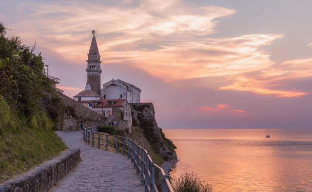 Pešpot med Fieso in Piranom se vije tik ob morju. Foto Jaka Ivančič