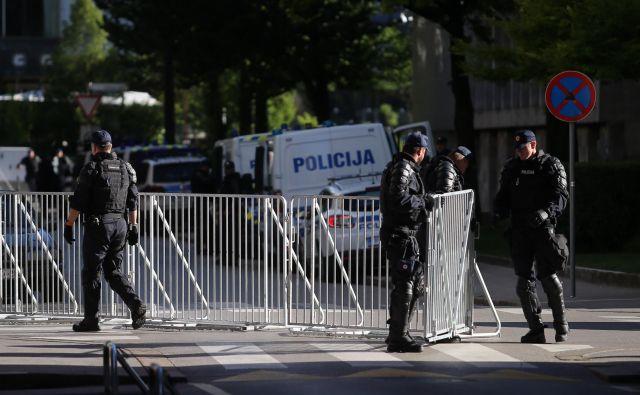 Trg republike je v petek postal varovano območje in tako prvič v celoti zaprt. Foto Jože Suhadolnik