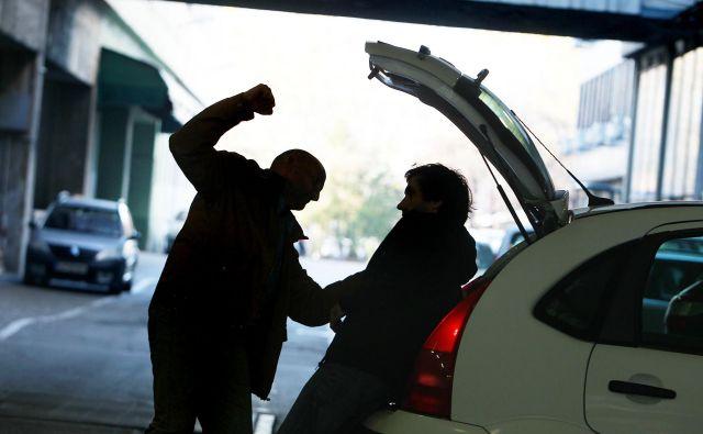 Oškodovanca sta z uporabo grožnje in s fizično silo spravila v avtomobil, ga med vožnjo pretepala in mu vzela denar in telefon. Fotografija je simbolična. FOTO: Leon Vidic/Delo