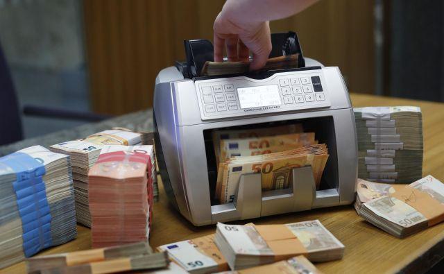 Negativne posledice pandemije na gospodarstvo se odslikavajo tudi v bančnih bilancah in znižujejo vrednost finančnega premoženja. FOTO: Leon Vidic/Delo