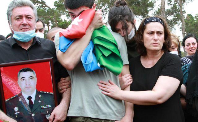 V Bakuju so pokopali azerbajdžanskega polkovnika, ki je padel v zadnjih obmejnih spopadih med oboroženimi silami Armenije in Azerbajdžana. FOTO: Stringer/Reuters