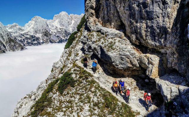 Povsod, kjer planinska pot preči melišče ali pelje pod steno, je treba glavo zaščititi s čelado. FOTO: Matjaž Šerkezi/PZS