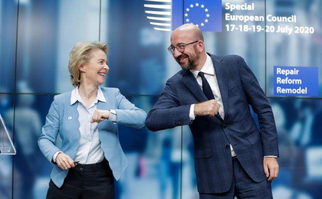 Predsedujoča evropski komisiji in evropskemu svetu Ursula von der Leyen in Charles Michel sta na koncu vendarle zadovoljna z dosežkom na trdih pogajanjih. Foto Stephanie Lecocq/AFP
