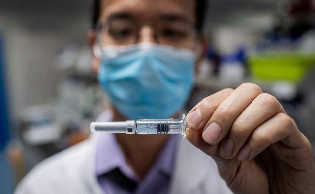 V kitajskem farmacevtskem podjetju Sinovac v Pekingu cepivo, ki ga že preizkušajo na ljudeh, razvijajo po klasičnem principu inaktiviranega virusa. FOTO: Nicolas Asfouri/AFP