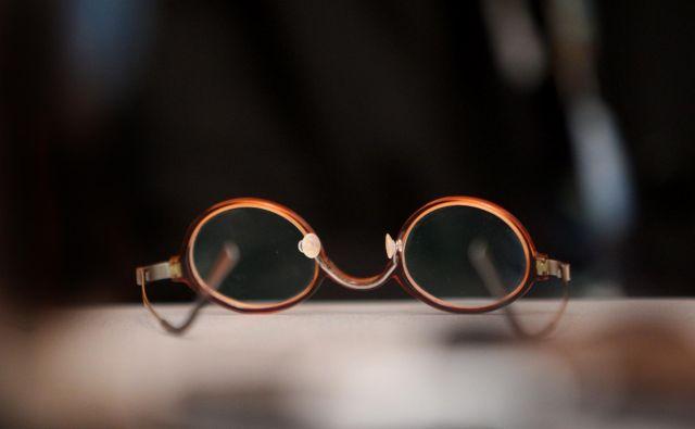 Očala so bila sinonim za avtoriteto, saj jih je nosila večina profesorjev v šoli. FOTO: Jure Eržen/Delo