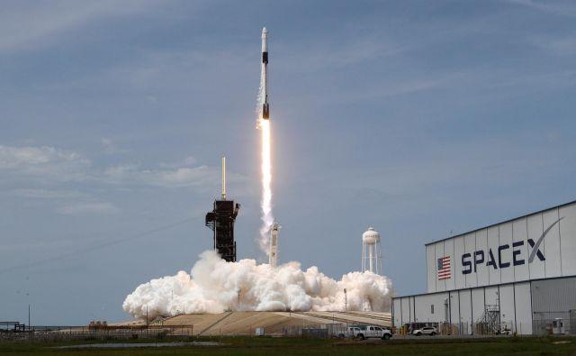 Milijoni Američanov so 30. maja opazovali prvi polet Spacexovega plovila crew dragon z astronavti na Mednarodno vesoljsko postajo (ISS). Foto Thom Baur/Reuters