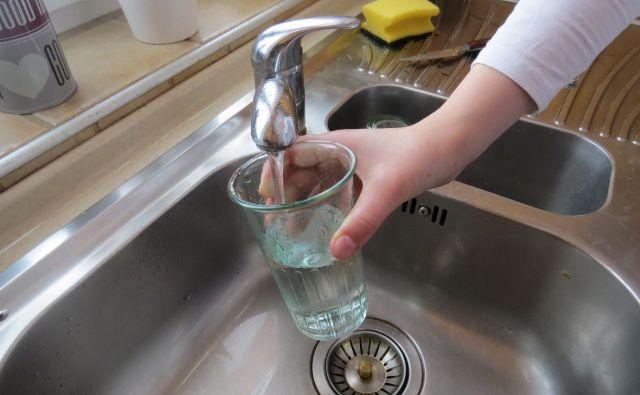 Prebivalci Anhovega še čakajo nova navodila, voda iz pipe še ni uporabna. FOTO: Bojan Rajšek/Delo