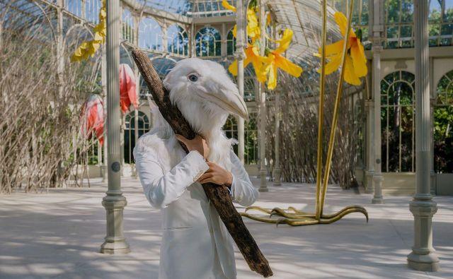 Bela vrana pooseblja drugačnost, hkrati pa s simpatično pojavnostjo poziva k empatiji, naklonjenosti in sprejemanju. FOTO: AFP