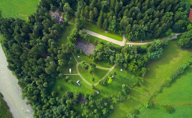 Kamp stoji v neposredni bližini Savinje (na fotografiji spodaj levo) na območju Nature 2000. FOTO: Tomo Jeseničnik